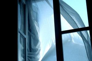 В Днепре компания молодых людей бросила из окна 24 этажа микроволновую печь