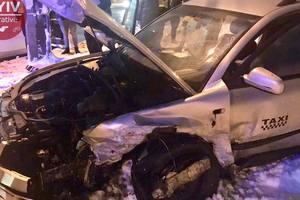 """В Киеве водитель Volkswagen устроил ДТП, пытаясь проскочить на """"красный"""""""