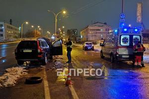 В Киеве внедорожник врезался в отбойник, непристегнутый водитель погиб