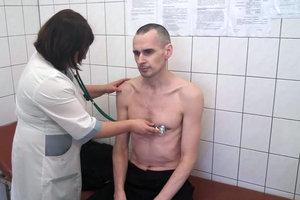 Олег Сенцов получил посылку с теплыми вещами