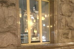 Мужчина разбил окно в Киевраде из-за отказа оформить документы
