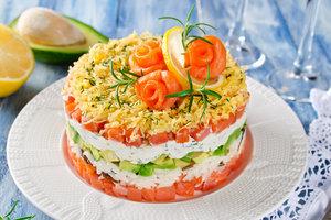 Вкусно и необычно: новогодний салат из семги и авокадо