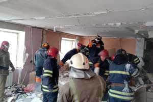 Взрыв в Фастове: с помощью крана начали поднимать плиты перекрытия