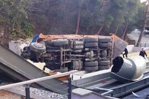 Видеошок: в Крыму на аквапарк отеля рухнул грузовик