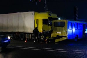 Под Киевом фура снесла 5 машин и маршрутку, есть пострадавшие: фото и видео с места ДТП