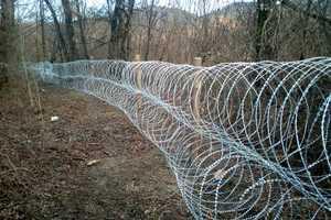 На Закарпатье вдоль границы установили колючую проволоку