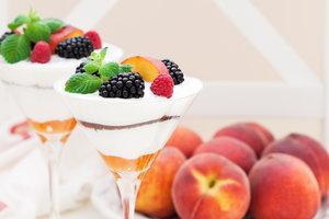 Вкусный новогодний десерт: тирамису с персиками