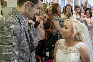 Парень и девушка на фото сыграли свадьбу, зная о неизбежной смерти