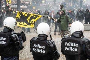 В Брюсселе участников акции против миграции разгоняли водометами