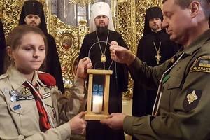 В Михайловском соборе пластуны передали Вифлеемский огонь митрополиту Епифанию
