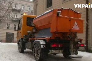 Не портят обувь: во Львове испытывают реагенты для борьбы со снегом