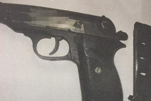 В Запорожье копы задержали на улице парня с оружием