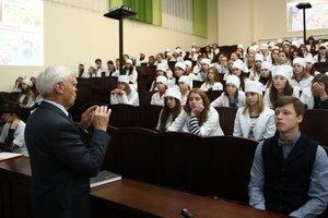 Преподавателям вузов поднимут зарплаты – Гройсман
