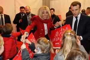 В ярко-красном пиджаке Balmain: стильная Брижит Макрон поздравила детей с Рождеством