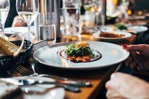 Салат с летучей мышью и тушеные глаза: в США открылся самый необычный ресторан в мире