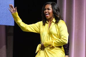 С огромным разрезом и в блестящих сапогах-чулках: дерзкий образ Мишель Обамы