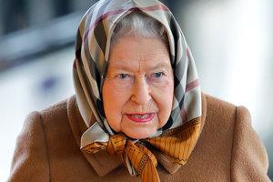 На поезде и в платке Burberry: Елизавета II поехала на рождественские каникулы