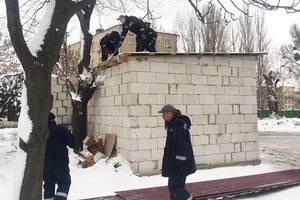 В Киеве коммунальщики снесли полукапитальное незаконное здание