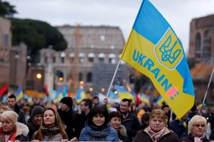 Почти половина украинцев положительно относятся к вступлению страны в ЕС и НАТО - опрос