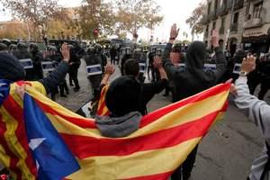 Баррикады и летящие камни: в Каталонии тысячи сепаратистов устроили беспорядки
