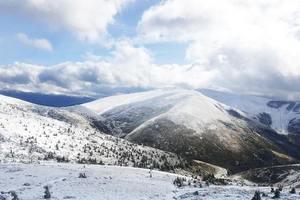 Штормовое предупреждение в Карпатах и на Закарпатье: сильный снег, ветер и дожди