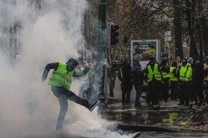 """В Париже """"желтые жилеты"""" напали на правоохранителей"""