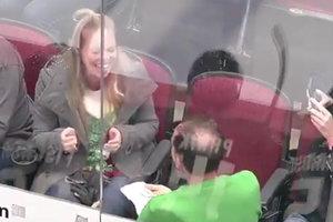 Трогательное видео: болельщик сделал предложение своей девушке во время матча