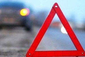 В Киеве фонарный столб упал на автомобиль: появилось видео