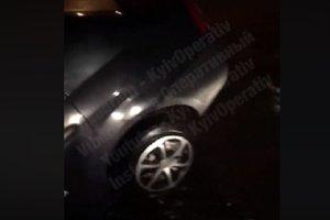 В Киеве автомобиль наполовину провалился в огромную яму
