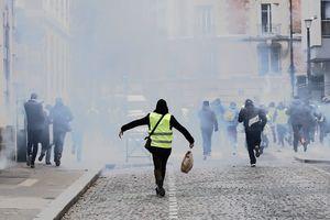 """Седьмая неделя протестов в Париже: """"желтые жилеты"""" схлестнулись с полицией"""
