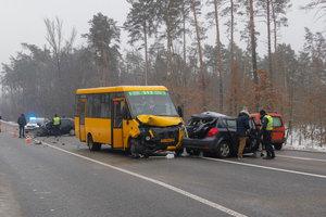 Смертельная ДТП под Киевом: на Варшавке столкнулись легковушки и маршрутка, фото