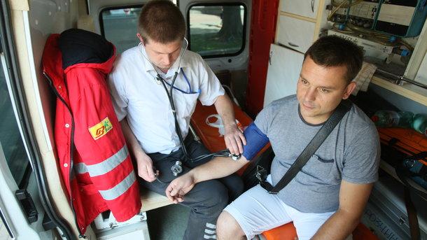 """Врач """"скорой"""" оказывает помощь. Фото: C. Николаев"""