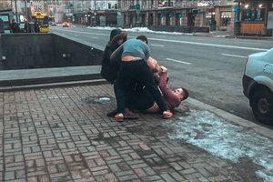 В центре Киева пьяная компания устроила драку и напала на полицейских