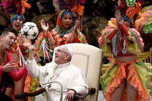 Папа Римский Франциск стал цирковым жонглером