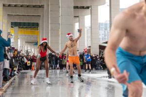 Парни и девушки без одежды проехались по льду: курьезные фото