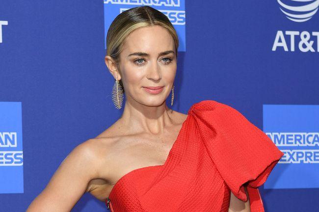 Как носить красные платья: яркий пример отЭмили Блант