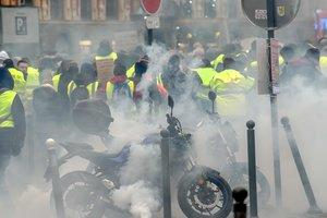 """Протесты """"желтых жилетов"""": в Париже полиция применила слезоточивый газ"""