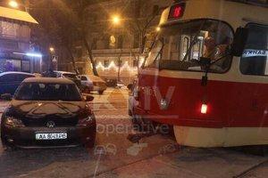 """В центре Киева """"герой парковки"""" заблокировал движение трамваев"""