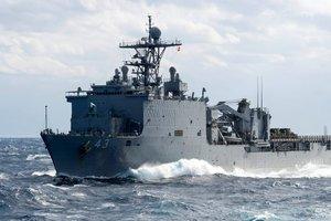 Десантный корабль морской пехоты США идет в Черное море
