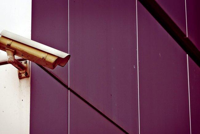 Парень, который три часа ублажал чужой дверной звонок, попал наскрытую камеру