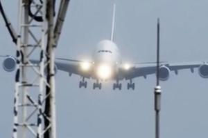 Опасная посадка самого большого самолета попала на видео
