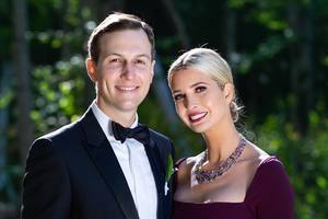 В роскошном платье с глубоким декольте: Иванка Трамп показала редкое семейное фото с мужем