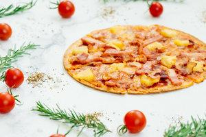 Рецепт гавайской пиццы с курицей, ветчиной и ананасами