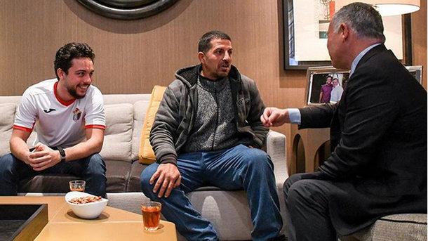 Король Иордании Абдалла II (справа) и его сын Хусейн ибн Абдалла (слева) посмотрели футбол в компании уборщика. Фото Instagram