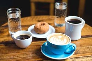 Кофе, смузи или сок: какие напитки полезны для организма утром