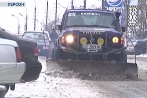 В Херсонской области мужчина превратил свой внедорожник в бульдозер для чистки дорог