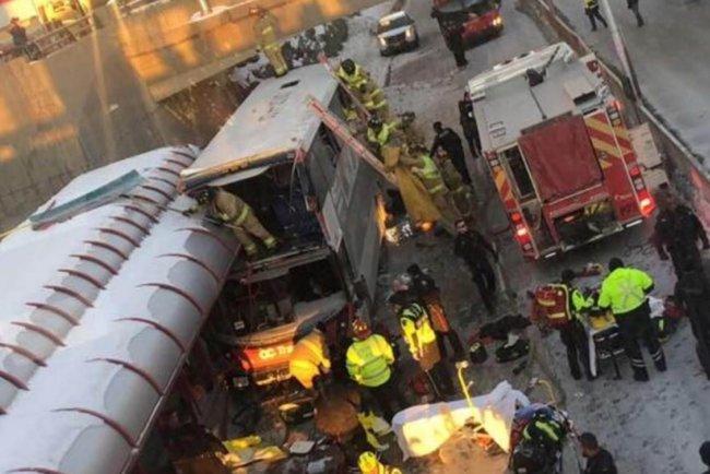 В Оттаве двухэтажный автобус протаранил остановку: трое погибших, мног