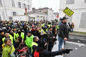 """Новые протесты """"желтых жилетов"""" во Франции: полиция проводит массовые задержания"""