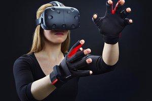 Женщина впервые окунулась в виртуальную реальность и разбила нос