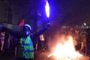 """Десятки тысяч """"желтых жилетов"""" вышли на новые протесты: сотни арестованых, есть раненые"""